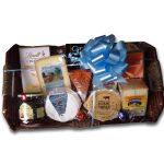 Panier cadeau contenant des fromages et une variété de produits de notre boutique